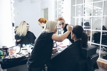 Das Make-up muss für das Shooting perfekt sitzen und da schaut man auch mal zu zweit genauer nach.